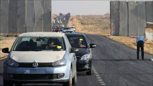 Palestinos ingresan automóviles a la Franja de Gaza