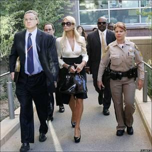 La celebridad estadounidense Paris Hilton llega a un centro de jusitica en Las Vegas acompañada de su abogado.