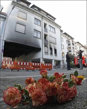 Flores y velas para recordar a víctimas de un tiroteo en un hospital de Alemania