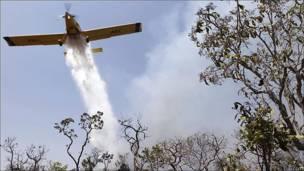 Un avión arroja agua sobre un incendio forestal en Brasilia
