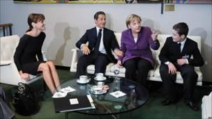 Carla Bruni, esposa del presidente de Francia, Nicolas Sarzkoy, la cancillera alemana Angela Merkel y Louis, uno de los hijos del mandatario.