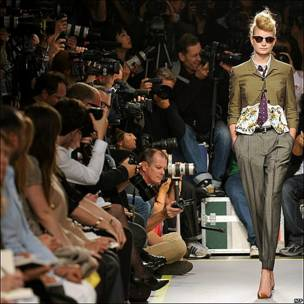 Una modelo desfila un diseño de Paul Smith en el marco de la Semana de la Moda de Londres.