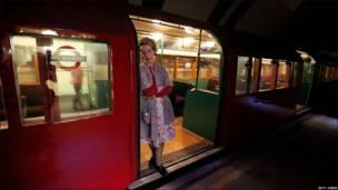 Mujer en la estación londinense de Aldwych
