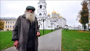 Житель Владимира Валентин на фоне Успенского собора