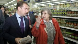 Президент России Дмитрий Медведев в одном из магазинов Мурманска, 15 сентября