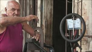 Antonio Manresa, reparador de gomas (neumáticos) de autos, motos y bicicletas.