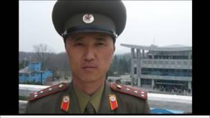 Một sĩ quan quân đội Bắc Hàn chịu trách nhiệm canh giữ khu phi quân sự Bắc Hàn