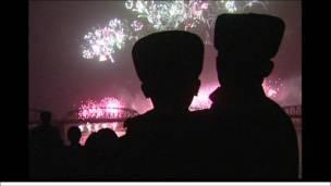 Trẻ em xem trình diễn pháo hoa tại Bình Nhưỡng nhân ngày kỷ niệm sinh nhật những người lãnh đạo vĩ đại.