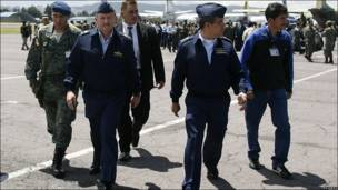 El general Leonardo Barreiro (2do por la izqda), comandante de la fuerza aérea ecuatoriana, camina junto a otros oficiales en el aeropuerto internacional Mariscal Sucre, en Quito.