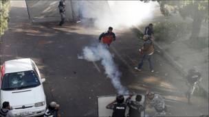 La policía se enfrenta a partidarios de Correa.