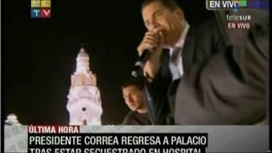 Correa habla desde el balcón del palacio presidencial.