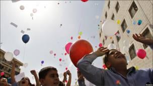 Дети в Иордании пускают воздушные шары