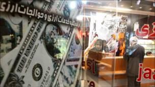мужчина в Иране стоит у пункта обмены валюты