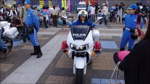 Мальчик на полицейском мотоцикле в Японии