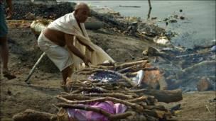 Рядом с рекой Ганг хоронят человека