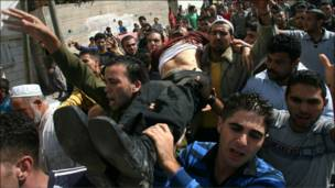 Палестинцы несут тело убитого боевика