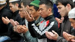 Киргизские мужчины молятся