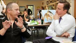 Дэвид Кэмерон слушает бывшего военного