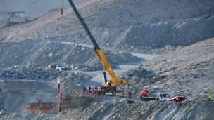 Рабочие устанавливают капсулу для спасения горняков
