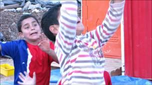 Tres niños juegan fútbol (Fotos y textos Macarena Gagliardi)
