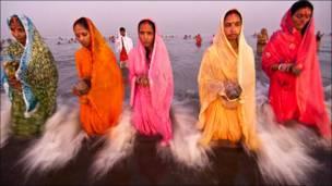 نساء يقدمن صلواتهن اثناء الأحتفال بمهرجان ديني في الهند