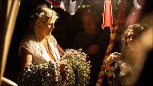 """بائعة ورود في مهرجان الربيع """"هوب فارم"""" في انجلترا"""