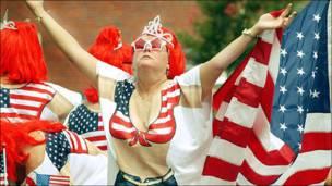 سيدة ترتدي ملابس بألوان العلم الأمريكي