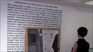 Visitante observa una obra de arte de Louis Kosuth