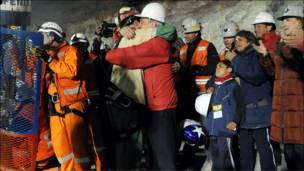 رئيس تشيلي (يمين) يحتضن فلورينسو أفالوس