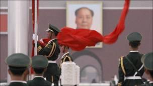 Полицейские отдают честь портрету Мао Цзаэдуна в Пекине