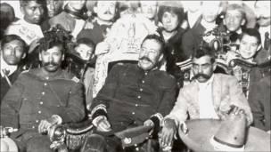 Francisco Villa en el sillón presidencial.   (Cortesía del Archivo Gustavo Casasola)