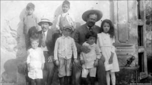 Francisco Villa con niños. (Cortesía del Archivo Gustavo Casasola)