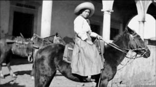 Mujer combatiente a caballo.  (Cortesía del Archivo Gustavo Casasola)