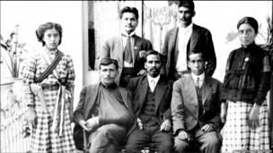 Foto familiar de mexicanos.    (Cortesía del Archivo Gustavo Casasola)