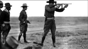 Combatientes disparando.  (Cortesía del Archivo Gustavo Casasola)