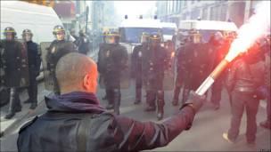 Un joven frente a un cordón policial