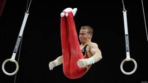 Un gimnasta en los anillos