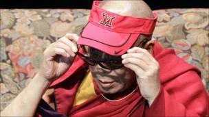 El Dalai Lama poniéndose unos lentes de 3D