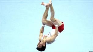 Atleta surcoreano parece flotar en el aire.