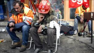 Miembros de sindicatos franceses descansan.