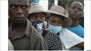 Haitianos hacen fila frente a un hospital