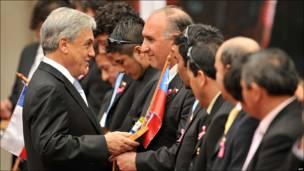Piñera condecora a los mineros