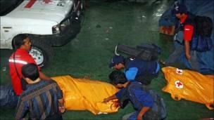 Funcionarios de la Cruz Roja se preparan para las labores de rescate en Padang