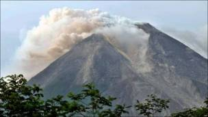 El volcán del monte Merapi en plena erupción.
