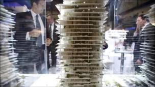 Visitantes contemplan la maqueta de un moderno proyecto urbanístico a ser edificado en Beirut.