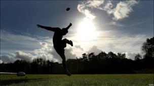 Ben Young, de la selección de Inglaterra de rugby, durante un entrenamiento de su equipo en Bagshot.