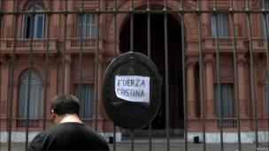 Un mensaje de aliento para la presidenta de Argentina, Cristina Fernández, colgado a las puertas de la Casa Rosada