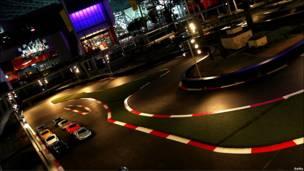 Circuito alumbrado y varios coches.