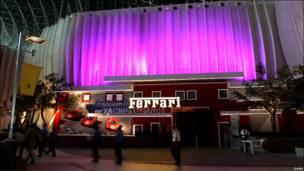 Entrada con logo gigante de Ferrari.