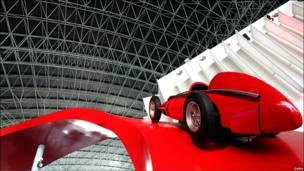 Vista de un Ferrari de carrera antiguo.